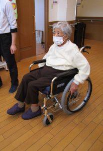 車いすで移動の時は、手と足を使い可動域を広げます